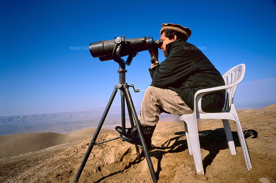 Afghanistan. Takhar Province. Dasht-e-Ghala. 2000. At the bunker of Shafagh, Commander Massoud (1953-2001), chief of the Northern Alliance, watches the positions of the Taliban before launching an offensive. <br /> <br /> Afghanistan. Province du Takhar. Dasht-e-Ghala. 2000. Au bunker de Shafagh, le commandant Massoud (1953-2001), chef de l'Alliance du Nord, observe les positions des Talibans avant le lancement d'une offensive.