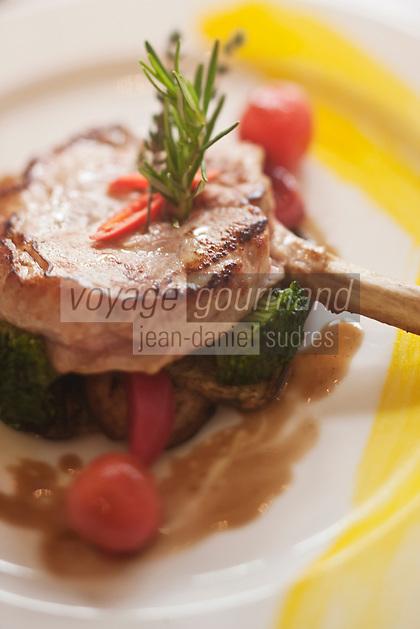 Europe/Suisse/Saanenland/Gstaad: Restaurant italien: Rialto sur la Promenade - Côte de veau Rialto  avec son jus et ses légumes