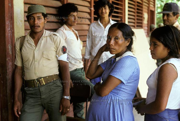 4 Novembre 1984, Nicaragua, Seggio elettorale nell'area rurale di Rio Blanco per le prime elezioni libere dopo la caduta del dittatore Somoza. <br /> November 4 1984 Nicaragua, Polling station in the rural area of Rio Blanco for the first free elections since the fall of the dictator Somoza.