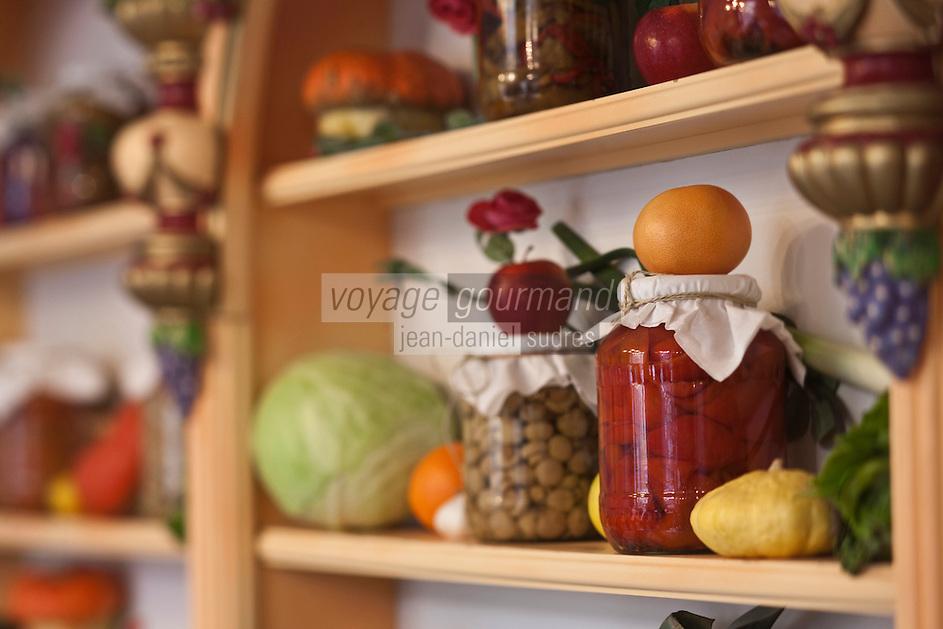 Europe/Voïvodie de Petite-Pologne/Cracovie: Détail bocaux de légumes  au restaurant  Polakowski