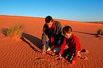Explication des traces de fennec dans le sable de l'erg Chebbi Maroc