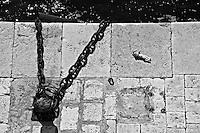 Taranto lungomare - natura (e bambola) morta.