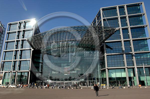 BERLIN - GERMANY 9. 1. 2005 -- The glass facade of Berlin main railway station, Berlin Hauptbahnhof, former Lehrter Bahnhof. The train station in Berlin was opened in June 2006 -- PHOTO: GORM K. GAARE / EUP- IMAGES ...