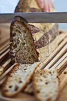 Europe/Europe/France/Midi-Pyrénées/46/Lot/Cahors: Repas chez Pierre-Jean Pebeyre et son épouse Elisabeth - On coupe le pain de campagne pour préparer les tastou aux truffes