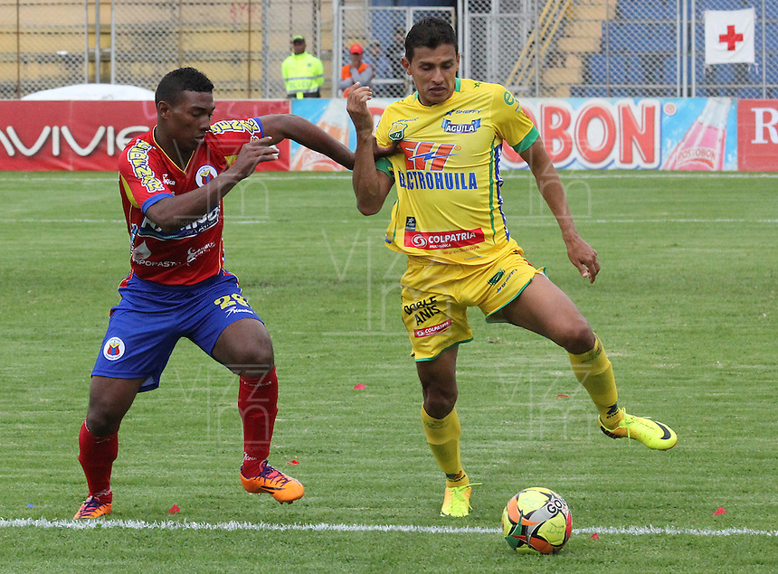 PASTO- COLOMBIA -05 -04-2014: Juan Arizala (Izq.) jugador de Deportivo Pasto disputa el balón con Iván Garrido (Der.) jugador de Atletico Huila durante partido entre Deportivo Pasto y Atletico Huila por la fecha 15 entre de la Liga Postobon I 2014, jugado en el estadio Departamental Libertad de la ciudad de Pasto. / Juan Arizala (L) player of Deportivo Pasto vies for the ball with Iván Garrido (R) player of Atletico Huila during a match between Deportivo Pasto and Atletico Huila for the date 15th of the Liga Postobon I 2014 at the Departamental Libertad Stadium in Pasto city. Photo: VizzorImage  / Leonardo Castro / Str.