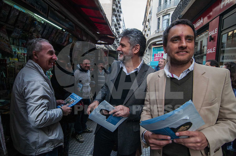BUENOS AIRES, ARGENTINA, 29.07.2013 - ELEICOES ARGENTINA / CONGRESSO - Daniel Filmus (de preto) e Juan Cabandie (bege) durante campanha para uma vaga no Congresso nas ruas da região central de Buenos Aires capital da Argentina, nesta segunda-feira, 29. (Foto: Patricio Murphy / Brazil Photo Press).