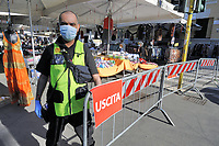 - Milano, riapertura dei mercati di strada com tutte le misure di sicurezza dopo due mesi di blocco per l'epidemia di Coronavirus; servizio di sicurezza<br />