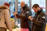 Les controleurs inspectent les truffes, les identifient (truffe melanosporum ou brumale en cette saison), evaluent leur qualite et les pesent.<br /> Celle-ci est une brumale, sentez.