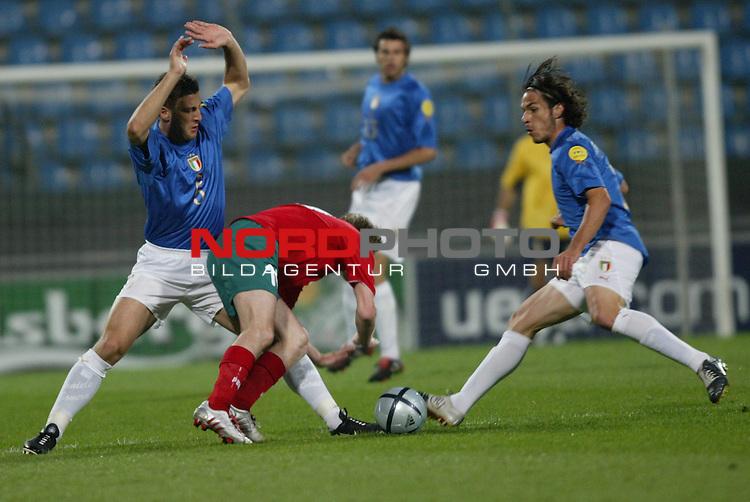 U21 - EM 2004 - Gruppe A<br /> Italien vs. Belarus 1:2<br /> Allaksandr Hleb (Mitte) von Belarus im Zweikampf mit Daniele Bonera (links) und Gaetano DīAgostino (rechts) von Italien.<br /> Foto &copy; nordphoto - Ruediger Lampe<br /> <br />  *** Local Caption *** Foto ist honorarpflichtig! zzgl. gesetzl. MwSt.<br />  Belegexemplar erforderlich<br /> Adresse: nordphoto<br /> Georg-Reinke-Strasse 1<br /> 49377 Vechta