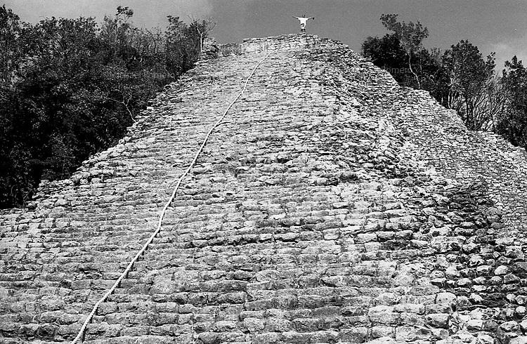 02.2012 Coba (Mexico)<br /> <br /> Homme bras en croix en haut de la Pyramide de Coba.<br /> <br /> Man arms outstretched at the top of the Pyramid of Coba.