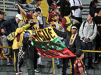 BOGOTA - COLOMBIA - 31-03-2015: Hinchas de Deportes Tolima, animan a su equipo durante partido adelantado por la fecha 14 entre Independiente Santa Fe y Deportes Tolima de la Liga Aguila I-2015, en el estadio Nemesio Camacho El Campin de la ciudad de Bogota.  / Fans of Deportes Tolima cheer for their team during an advance match of the 14 date between Independiente Santa Fe and Deportes Tolima for the Liga Aguila I -2015 at the Nemesio Camacho El Campin Stadium in Bogota city, Photo: VizzorImage / Luis Ramirez / Staff.