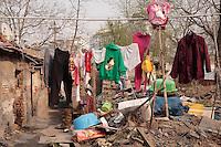 Le linge sèche dans bidonville aux abords du temple Wanshou , à l'ouest de Pékin. Des familles se sont installées dans les ruines de l'annexe du temple et vivent du triage des ordures.