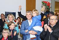 Büttelborn 28.10.2018: Bürgermeister- und Landtagswahl<br /> SPD-Bürgermeisterkandidat Marcus Merkel verfolgt mit Frau Katrin (l.), Sohn Nick (auf dem Arm) und Tochter Laura  den Ausgang der Wahl zu seinen Gunsten. Die Anwesenden applaudieren ihm<br /> Foto: Vollformat/Marc Schüler, Schäfergasse 5, 65428 R'heim, Fon 0151/11654988, Bankverbindung KSKGG BLZ. 50852553 , KTO. 16003352. Alle Honorare zzgl. 7% MwSt.