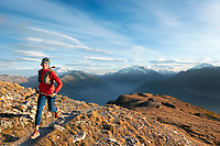 Trail running to the Wiwannihorn, a 3000 meter peak in Switzerland's Wallis region, climbing it and running out in the evening during fall colors. In the sky are lenticular clouds.