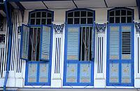 Asie/Singapour/Singapour: Vue d'Emerald Hill Road - Détail des fenêtres des maisons à Peranakan Place
