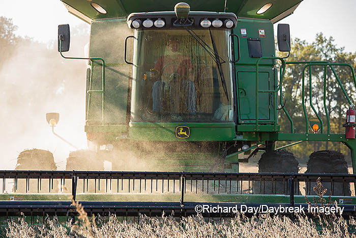 63801-07408 Soybean harvest with John Deere combine in Marion Co. IL