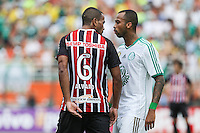 SAO PAULO, SP, 02.02.2014 - CAMP. PAULISTA - PALMEIRAS X SAO PAULO - Weslley (D)  jogador do Palmeiras e  Alvaro do Sao Paulo discutem durante partida valida pelo Campeonato Paulista, no Estadio Paulo Machado de Carvalho, o Pacaembu, na regiao oeste de Sao Paulo, neste domingo, 02. (Foto: William Volcov / Brazil Photo Press).