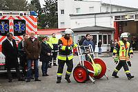 Bürgermeister und Dienstherr Manfred Ockel (l.) beobachtet die Abschlussübung der Feuerwehr