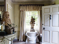 The Baroque portrait bust on the console table in the entrance hall is of an 18th-century nobleman