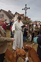 Europe/France/Centre/41/Loir-et-Cher/Sologne/Bauzy: Messe de la Saint-Hubert avec bénédiction des chiens - Equipage de Chasse à Courre: Equipage dela Forêt des Loges<br /> Piqueux<br /> AUTO N° 2012-448<br /> AUTO N° 2012-449<br /> //Europe/France/Centre/41/Loir-et-Cher/Sologne/Bauzy: Mass of Saint Hubert before riding to hound, with blessing of the dogs<br /> AUTO N° 2012-448<br /> AUTO N° 2012-449