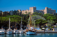 Griechenland, Dodekanes, Rhodos, Rhodos-Stadt: Segelboote im Hafen vorm Grandmasters Palace | Greece, Dodekanes, Rhodes, Rhodes-City: harbour with sailing boats and Grandmasters Palace