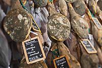 EEurope/France/Aquitaine/64/Pyrénées-Atlantiques/Pays-Basque/Hasparren: Dans le séchoir à jambons d' Eric Ospital - Affinage de ses jambons de Bayonne et Ibaiona- les jambons réservés par des chefs étoilés sont signalés par une ardoise