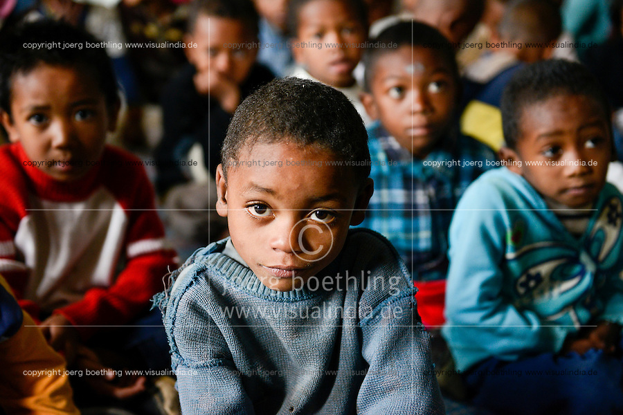 MADAGASCAR Antananarivo / MADAGASKAR Antananarivo, CENTER FIHAVANANA fuer Strassenkinder geleitet von den SCHWESTERN VOM GUTEN HIRTEN / SOEURS DU BON PASTEUR / GOOD SHEPHERD SISTERS, Toky der Sohn von den obdachlosen JEAN PIERRE RAKOTONIRINA und BERNADETTE RAMALALASOA