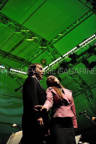 "Tenor Sergej Drobisjevski and soprano Annemarie Kremer singing with the DeFilharmonie philharmonic orchestra on the St-Jansplein in Antwerp during the ""Klassiek in de Stad"" open air concert (Belgium, 07/09/2008)"