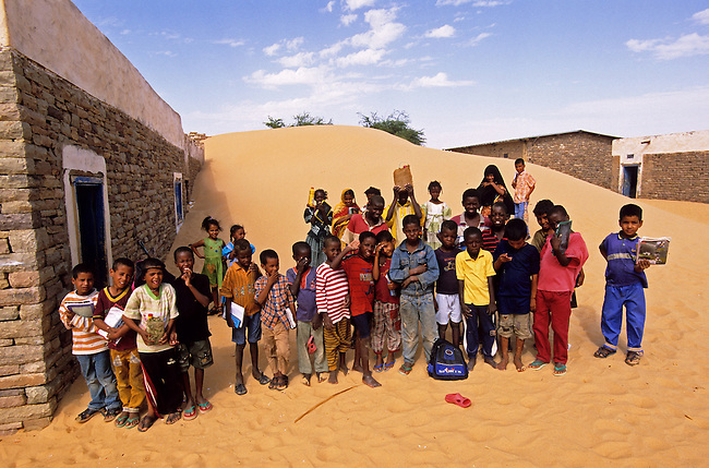 Mauritanie, enfants dans le village ensable de Aoujeft *** Children in Aoujeft sand covered village, Mauritania.