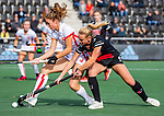 AMSTELVEEN - Laura Nunnink (OR) in duel met Charlotte Vega (Adam)  tijdens de hoofdklasse hockeywedstrijd dames,  Amsterdam-Oranje Rood (2-2) .   COPYRIGHT KOEN SUYK