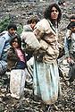 Irak 1991.Femme avec ses enfants a la frontière turque .Iraq 199 . Woman and her children near the Turqish border