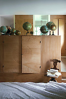 In the bedroom a cupboard in natural oak acts as a partition wall screening the bed