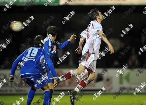 2011-02-12 / Voetbal / seizoen 2010-2011 / Hoogstraten - Koksijde / Dirk Mathijssen (Hoogstraten) in duel..Foto: mpics