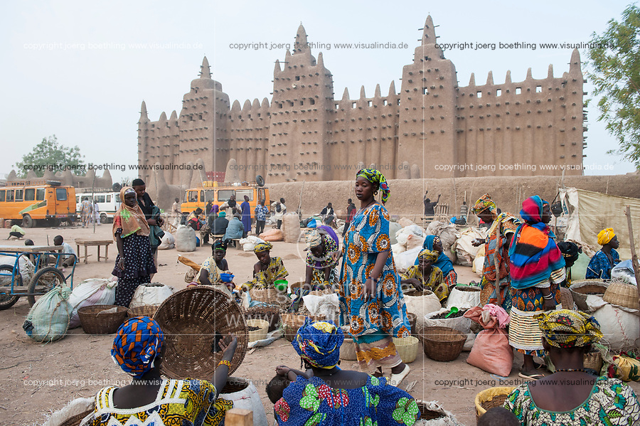 MALI Djenne , market infront of Grand Mosque, built from clay is a UNESCO world heritage site / MALI Djenne , Markt vor Grosser Moschee, das Monument aus Lehm ist UNESCO Weltkulturerbe