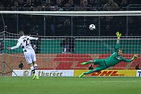 Lazlo Benes (Borussia Mönchengladbach) trifft im Elfmeterschiessen gegen Torwart Lukas Hradecky (Eintracht Frankfurt) zum 5:4 - 25.04.2017: Borussia Moenchengladbach vs. Eintracht Frankfurt, DFB-Pokal Halbfinale, Borussia Park
