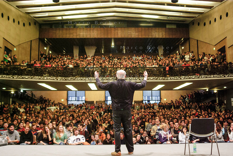milano, il premio nobel dario fo, a sostegno della lotta contro la riforma dell'istruzione, parla agli studenti all'università statale --- milan, the nobel prize Dario Fo speaks to the students at the state university, in support of the fight against the school reform of the education minister