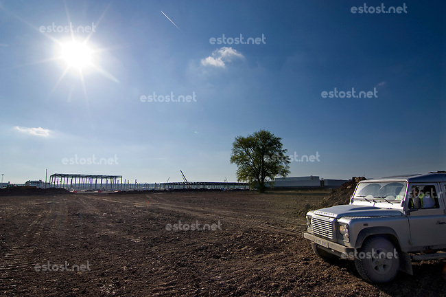 SLOWAKEI, 04.2017, Nitra. Am Stadtrand, neben dem Dorf Drazovce, entsteht das neue Automobilwerk von Jaguar Land Rover. | Beyond the city, close to the village of Drazovce, the new JLR car plant is under construction, a very important piece of foreign investment. Former green field.<br />