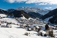 Italy, Alto Adige, South Tyrol, Val Gardena, Selva di Val Gardena: popular wintersport resort and Gruppo del Sella mountains | Italien, Suedtirol, Groednertal, Wolkenstein: beliebter Wintersportort vor Sella Gruppe