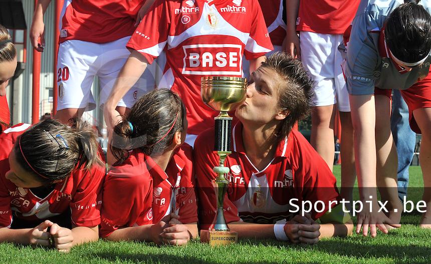 Supercup seizoen 2011 - 2012 ; Kampioen Standard Femina tegen Bekerwinnaar Waasland Beveren Sinaai Girls : Maud Coutereels met de supercup.foto DAVID CATRY / Vrouwenteam.be