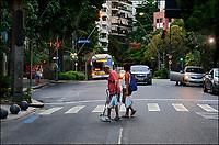 Travessia de Idoso em faixa de pedestres, Avenida Ataulfo de Paiva, Leblon, Rio de Janeiro. 2019. Foto © Juca Martins