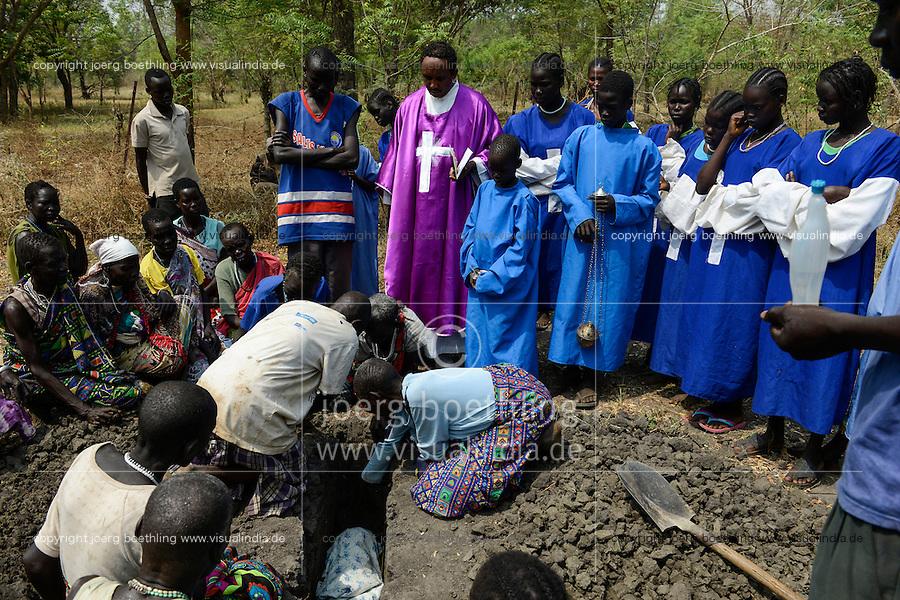 ETHIOPIA Gambela, village of Anuak tribe , funeral of child with catholic priest/ AETHIOPIEN Gambela, Dorf der Anuak Volksgruppe, Beerdigung eines verstorbenen Kindes durch katholischen Priester