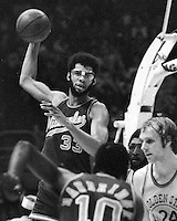 Milwalkee Bucks Kareem Abdul-Jabbar ready to pass against the Warriors. (1975 photo/Ron Riesterer)