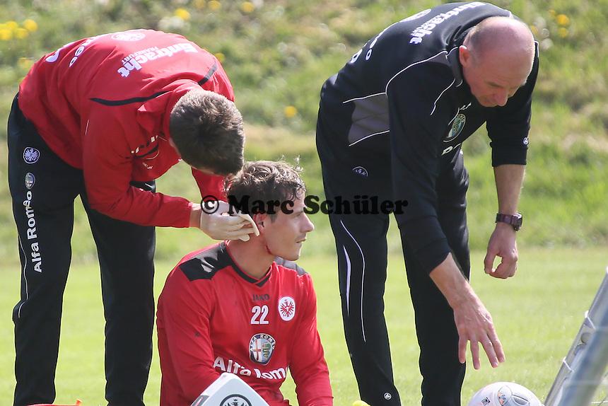 Stefano Celozzi (Eintracht) hat nach einem Zweikampf mit Alexander Madlung eine Platzwunde am Ohr und muss behandelt werden - Eintracht Frankfurt Training, Commerzbank Arena