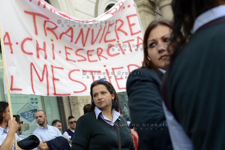 Roma, 6 Novembre 2013<br /> Piazza Santi Apostoli<br /> Manifestazione degli autisti e delle autiste dell'ATAC contro le politiche dell'azienda, gli straordinari imposti e per denunciare la carenza di organico.<br /> Centinaia di autisti e autiste autorganizzati ,  rifiutano gli straordinari e rimangono in piazza per protesta, contestando anche la politica dei sindacati .
