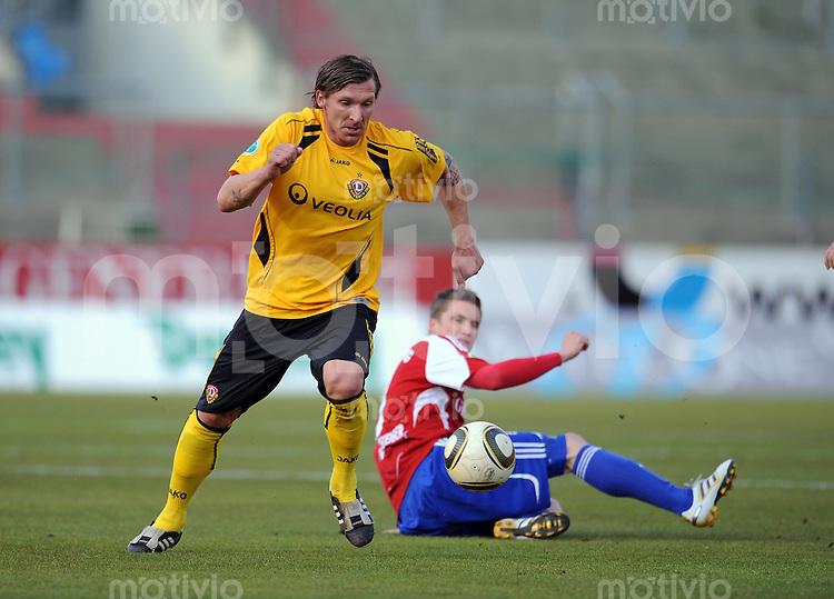 Fussball 3. Bundesliga :  Saison   2009/2010  34. Spieltag   SpVgg Unterhaching - Dynamo Dresden   13.04.2010 Maik Wagefeld (li., Dresden) gegen Tobias Schweinsteiger (re., Unterhaching)