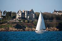 Europe/France/Bretagne/35/Ille et Vilaine/Dinard: Voilier en baie de Saint-Malo et les Villas sur la Côte rocheuse de Dinard