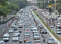 SÃO PAULO, SP, 22.05.2015 – TRÂNSITO-SP Trânsito na Av. 23 de Maio, próximo ao Parque do Ibirapuera, zona sul de São Paulo na tarde desta sexta feira. (Foto: Levi Bianco / Brazil Photo Press)