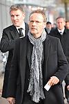 m heutigen Sonntag (15.11.2009) nahmen die Fans und Freunde des am 10.11.2009 verstorbenen Nationaltorwartes Robert Enke ( Hannover 96 ) Abschied. In der groessten Trauerfeier nach Adenauer kamen rund 100.000 Träuergaeste zur AWD Arena. Zu den VIP zählten u.a. Altkanzler Gerhard Schroeder, Bundestrainer Joachim Loew und die aktuelle DFB Nationalmannschaft, sowie Vertreter der einzelnen Bundesligamannschaften und ehemalige Vereine, in denen er gespielt hat. Der Sarg wurde im Mittelkreis des Stadions aufgebahrt. Trauerreden hielten u.a. MIniterpräsident Christian Wulff, DFB Präsident Theo Zwanziger , Han. Präsident Martin Kind <br /> <br /> <br /> Foto:  Reinhold Beckmann - <br /> <br /> Foto: © nph ( nordphoto )