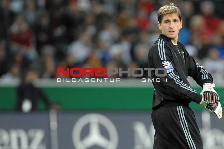 Fussball, L&auml;nderspiel, WM 2010 Qualifikation Gruppe 4 in M&ouml;nchengladbach ( Borussia Park ) <br />  Deutschland (GER) vs. Wales ( GB ) 1:0 ( 0:0 )<br /> <br /> Blick zur&uuml;ck Rene Adler ( GER / Bayer 04 Leverkusen #01 )<br /> <br /> <br /> Foto &copy; nph (  nordphoto  )<br />  *** Local Caption ***