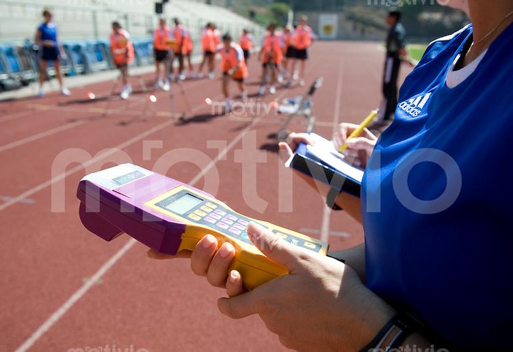 Fussball Frauen FIFA U 20  Weltmeisterschaft 2008    16.11.2008 Fitnesstest  Referees und Linienrichter Die Referees der U20 Frauen Fussball WM in Chile waehrend des Fitnesstest. Mit Stopuhr und Zeitmessgeraet werden die Sprintleistungen der Referees festgehalten.